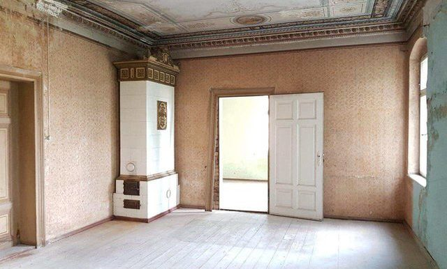 Deckenmalerei und Ofen