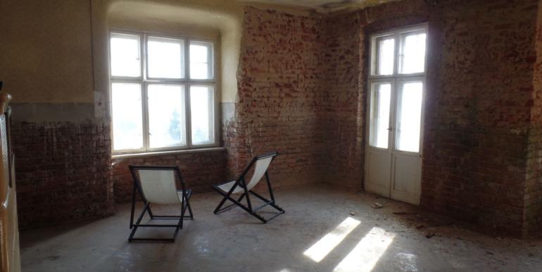 Wohnraum mit Stuckdecke