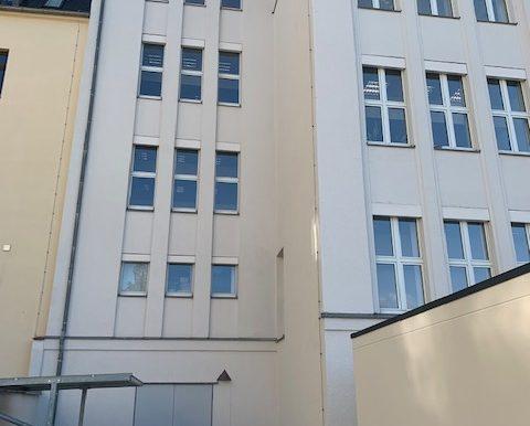Gebäude mit Eingang zum UG