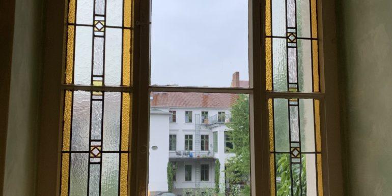 Flurfenster mit Butzenscheiben