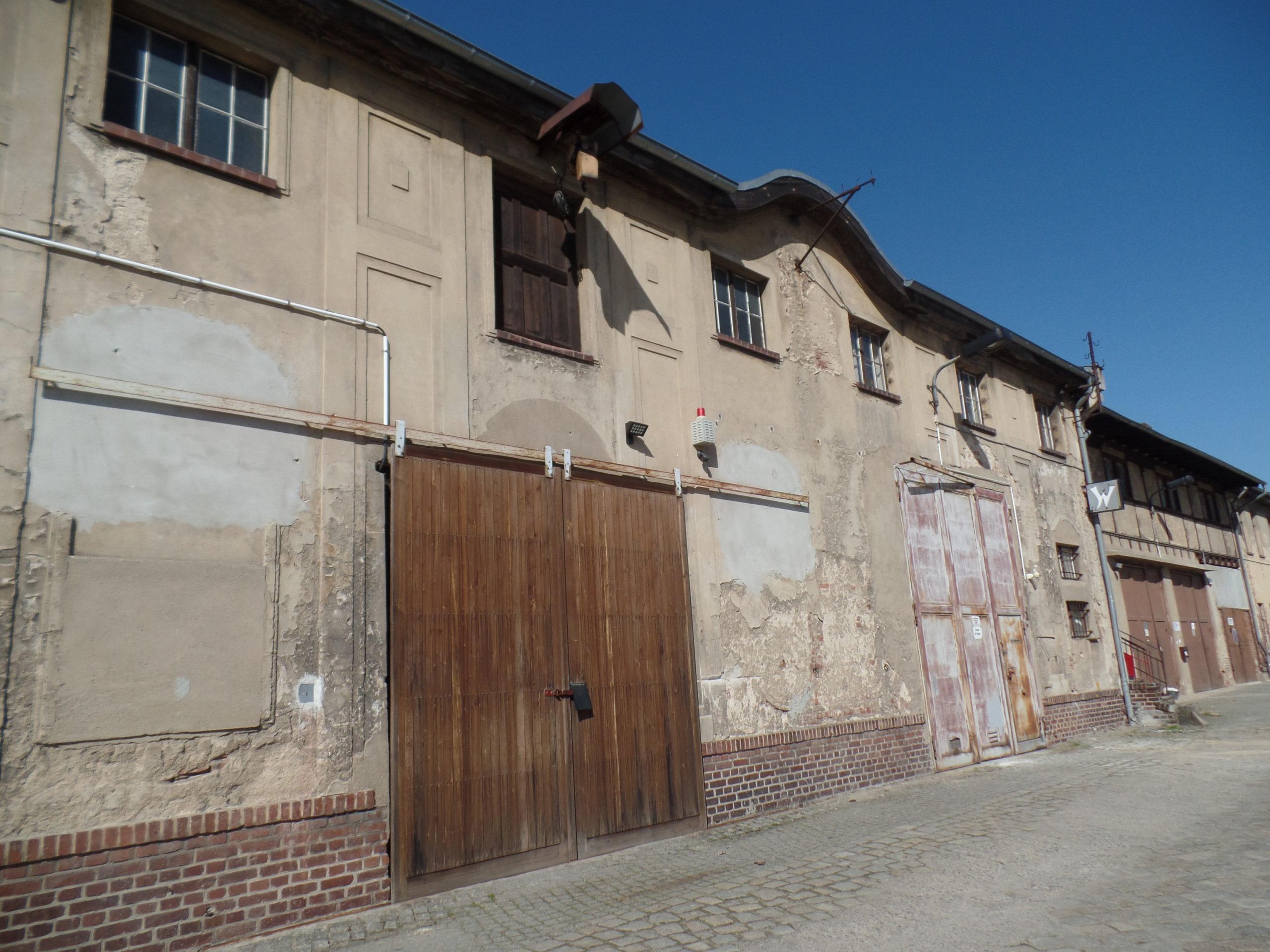 Denkmalgeschütztes Gewerbegrundstück mit Aufbauten – 6 Großgaragen, Bürohaus und Schmiede