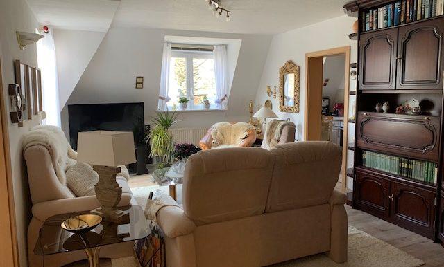 Wohnzimmer mit Zugang Küche und Balkon
