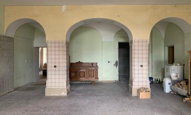 Eingangsportal mit Säulen
