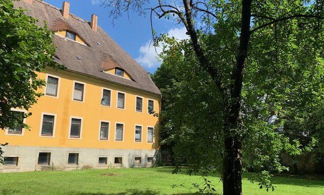 Fassade mit vorgelagertem Grundstück