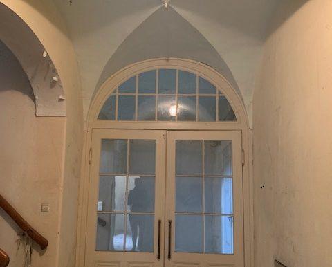 Kreuzgewölbe mit Flügeltür zum EG